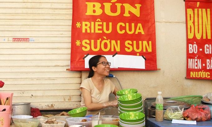Một chủ hàng bán bún riêutrên phố Đường Thành.