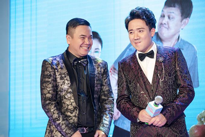 Đạo diễn Nhất Trung (trái) và Trấn Thành tại một sự kiện quảng bá phim Cua lại vợ bầu.