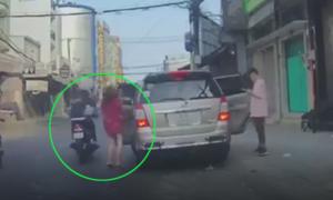 Người phụ nữ bị cướp giật túi xách khi đi chơi Tết