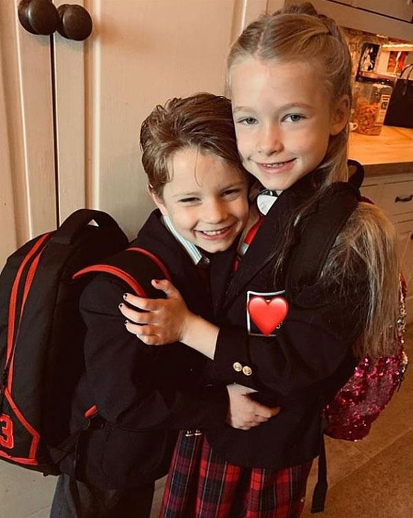 Hôm 6/2, Jessica Simpson đăng bức ảnh dễ thương của hai con đầu lòng với dòng chia sẻ: Điều duy nhất khiến tôi vượt qua những ngày tháng mang bầu khó khăn là biết được rằng mình sẽ có thêm một nhóc tỳ cute khác.