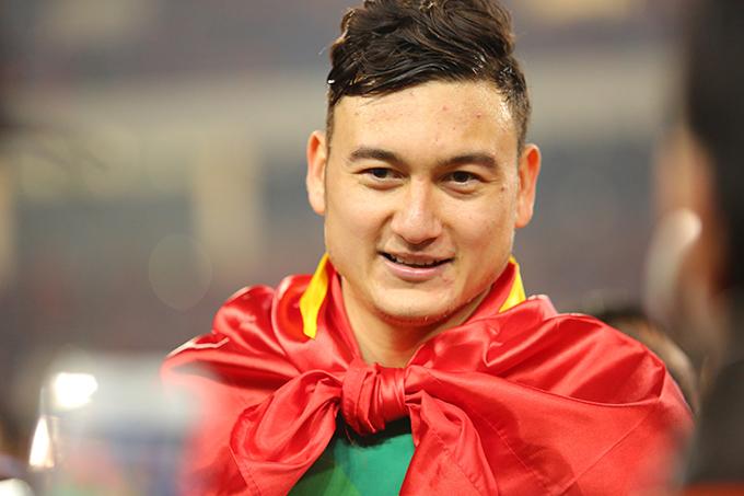 Văn Lâm mừng chức vô địchAFF Cup 2018 sau chiến thắng 1-0 của tuyển Việt Nam trước Malaysia ở trận chung kết lượt về trên sân Mỹ Đình. Ảnh: Đương Phạm.