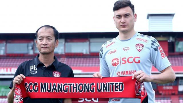 Văn Lâm và HLV trưởng của Muangthong Utd. Ảnh: Siam Sport.