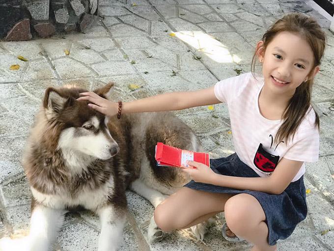 Bé Chiko vui đùa cùng chú chó cưng.
