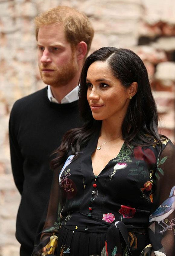 Vợ chồng Meghan - Harry đến thăm tổ chức từ thiện dành cho gái mại dâm One25 ở Bristol hôm 1/2. Ảnh: Reuters.