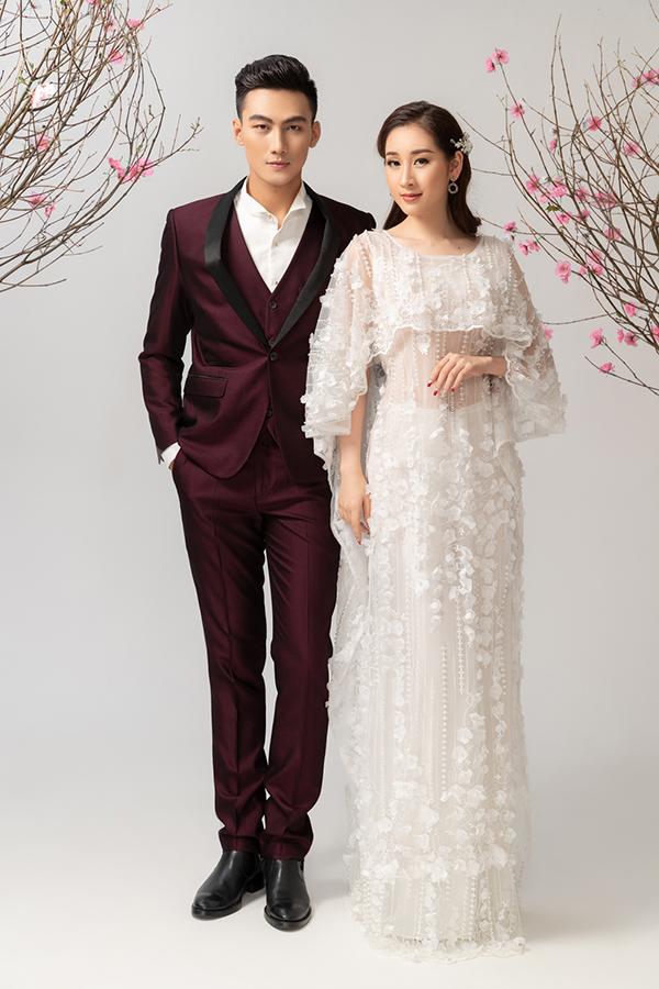 Với những thiết kế áo dài cưới mới lạ, nhà mốtthử nghiệm qua nhiều kiểu dáng như cổ nữ hoàng hay áo choàng nhằm tạo nên sự độc đáo, quý phái và kiêu kỳ cho các bạn nữ trẻ trong ngày trọng đại.