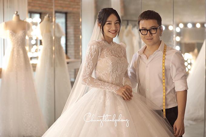 Ngoài thế mạnh trong việc tạo dựng váy áo dạ hội, đầm ứng dựng, Chung Thanh Phong còn mát tay trong mảng thiết kế váy cưới. Nhã Phương cũng tìm đến anh để có được mẫu váy ưng ý để sử dụng cho ngày trọng đại.