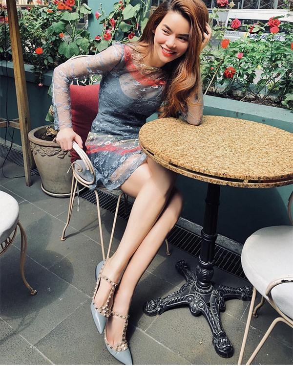 Mồng 3 Tết Kỷ Hợi, ca sĩ Hồ Ngọc Hà chọn váy xuyên thấu phối cùng giầy nạp đinh để đi cà phê và ngắm phố xá yên bình vào những ngày đầu năm.