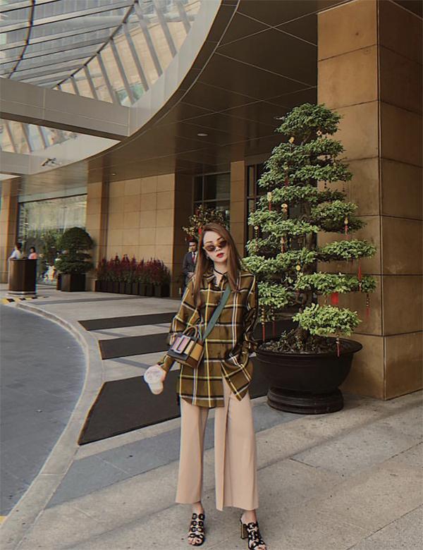 Sau khi hưởng ứng phong trào ngày Tết mặc áo dài, Yến Nhi trở lại với phong cách street stye sành điệu và không thể thiếu yếu tố hợp mốt.