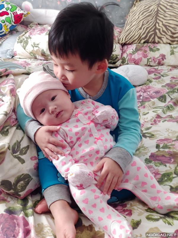 Con trai lớn và con gái 3 tháng tuổi của Xuân Mai chụp ảnh hôm 23/1/2019.