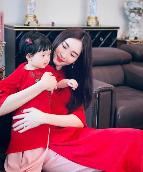 Hoa hậu Đặng Thu Thảo khoe ảnh mẹ và con gái ngày Tết.