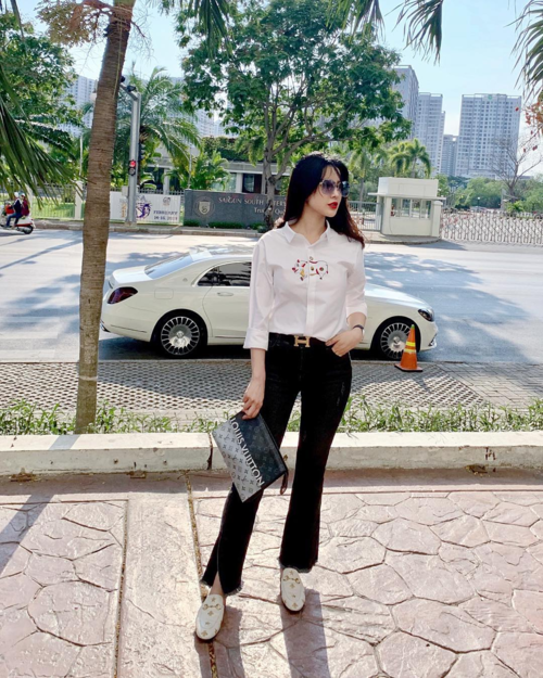 Diệp Lâm Anh ăn diện trẻ trung xuống phố. Nữ diễn viên cho biết Sài Gòn hôm nay đã bắt đầu đông trở lại sau những ngày vắng lặng người.