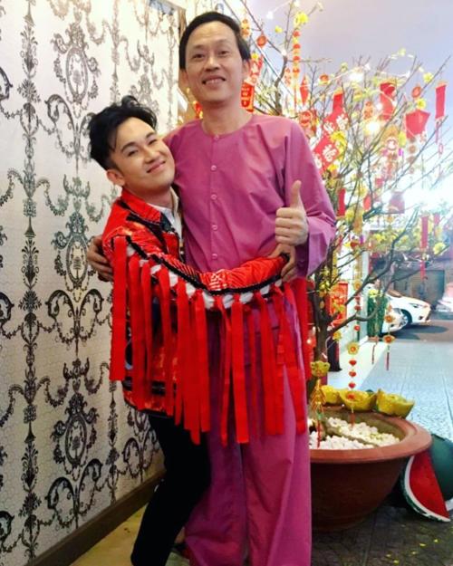 Dương Triệu Vũ pose hình thân thiết bên anh trai Hoài Linh: lớn cỡ nào ở bên anh cũng thấy mình nhỏ bé.