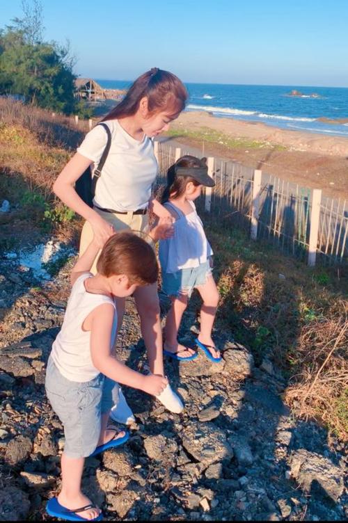 Elly Trần dẫn hai con đi dạo biển.