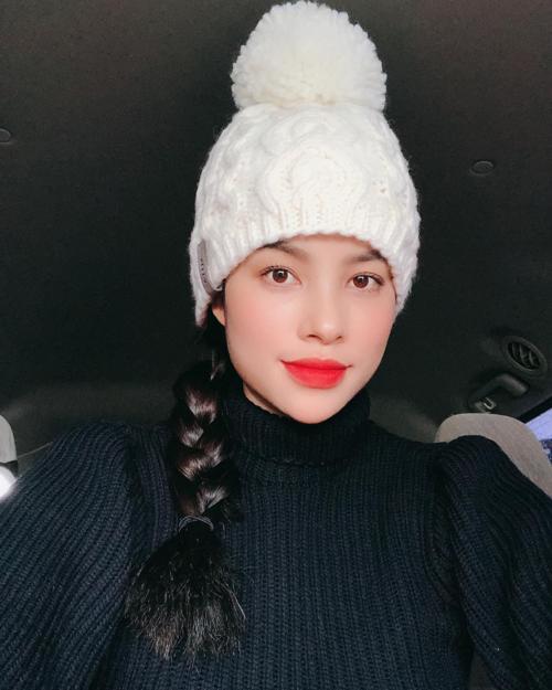 Phạm Hương cho biết gần một năm mới có tấm selfie.