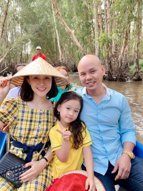 Phan Đinh Tùng cùng vợ và con gái đi chơi ở rừng tràm Trà Sư.