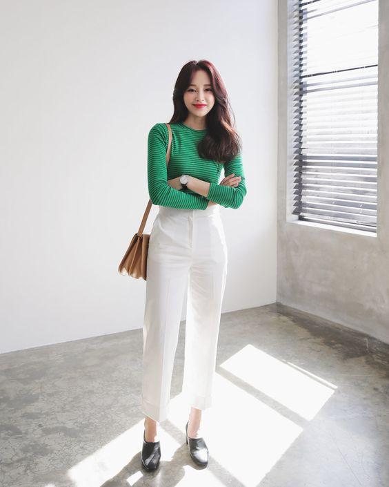 Áo thun dài tay, quần âu ống lừng là hai kiểu trang phục đơn giản, dễ mix đồ và sử dụng ở nhiều bối cảnh khác nhau.