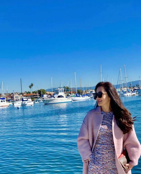 Mùng 3 Tết, Hồng Đào thư giãn bên biển xanh, nắng vàng và ăn sáng cùng bạn ở California. Thời tiết vẫn còn lạnh nên cô mặc thêm áo ấm giữ nhiệt.