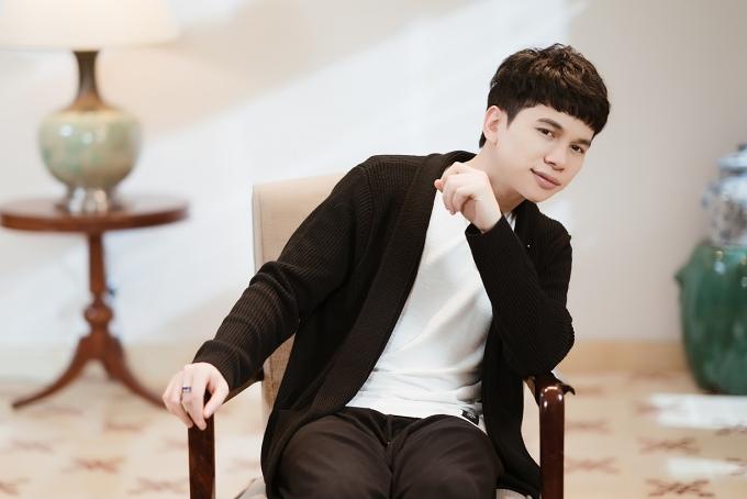 Tối 8/2, ca sĩ Hoàng Tôn trở lại âm nhạc với MV Mẹ anh bảo cưới. Đây là sáng tác của bộ  đôi nhạc sĩ trẻ Nguyễn Thương - Tuấn Dũng, sở hữu giai điệu vui tươi, bắt tai.