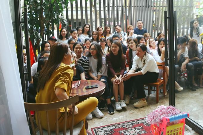 Bên cạnh những khán giả đồng hương, nhiều fans Hà Nội, TP HCM và các tỉnh lân cận cũng sắp xếp thời gian đến gặp mặt thần tượng.