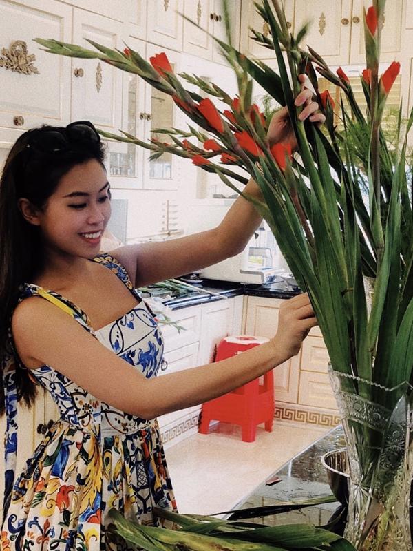 Thảo Tiên phụ trách cắm hoa, trang hoàng biệt thự ở TP HCM. Cô tiểu thư nhà giàu luôn xuất hiện với hàng hiệu sang chảnh khi tham dự các sự kiện của làng giải trí nhưng ở nhà cô thích tự tay chăm chút không gian sống.