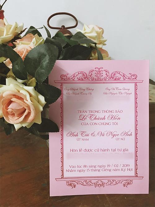 Nội dung thiệp bên trong được in bởi phông chữ mềm mại, mang tông hồng pastel. Cặp vợ chồng sẽ cử hành hôn lễ tại tư gia ở Quận Tân Bình lúc 8h sáng ngày 19/2/2019.