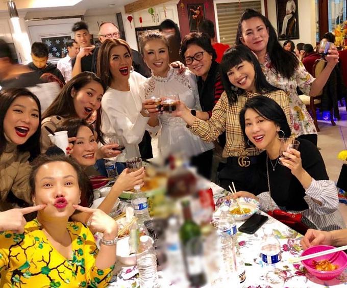 Các nghệ sĩ ăn tân niên tại nhà của Hương Thuỷ và tham gia các trò chơi quen thuộc như: lô tô, lắc bầu cua... Ăn Tết rất truyền thống. Một tối thật vui để sáng hôm sau bay show tiếp, Hồng Đào chia sẻ.