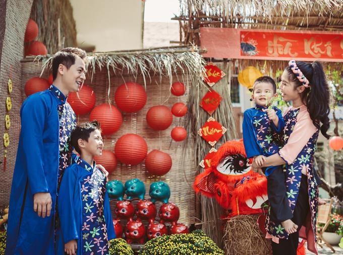 Bé Đăng Khang cùng em trai Đăng Anh hớn hở khi được du xuân cùng bố mẹ.