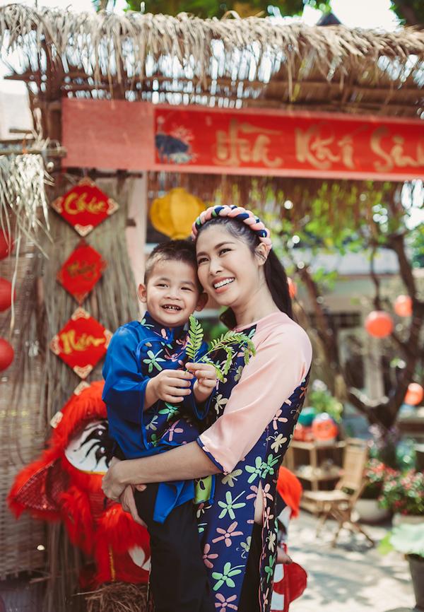Vợ Đăng Khôi được nhiều người ngưỡng mộ vì luôn giữ được đời sống cân bằng, gia đình hạnh phúc. Cô vừa chăm sóc hai con vừa hỗ trợ hiệu quả cho công việc của chồng.