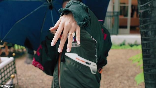 Cô rất giữ gìn chiếc nhẫn đính kim cương.