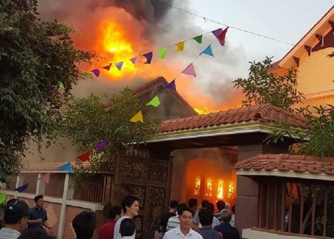 Người dân tập trung phía trước nơi xảy ra vụ cháy. Ảnh: CTV.