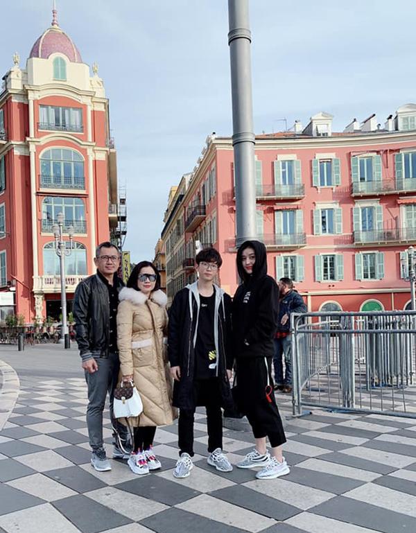 Trong chuyến du lịch, hai chị em Huyền My cùng mặc đồ đôi cá tính với tone đen, diện cùng giày thể thao hàng hiệu. Cả hai chụp ảnh kỷ niệm cùng gia đình khi ghé thăm thành phố Nice của Pháp.