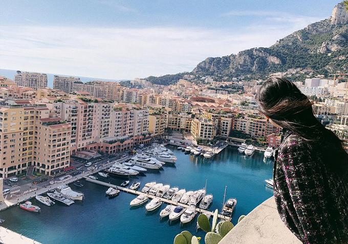 Cô ngắm cảnh yên bình Monaco từ trên cao.