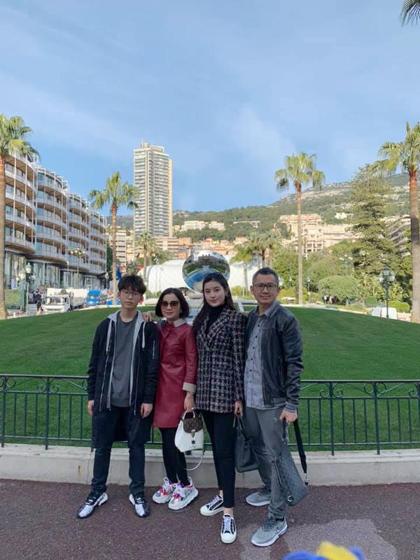 Gia đình Huyền My còn khám phá Monaco. Mẹ Á hậu nhận xét rằng, Monaco là một nơi đáng sống bởi có thiên nhiên tươi đẹp, cuộc sống của người dân rấy yên bình.