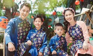 Đăng Khôi cùng vợ con mặc 'đồng phục' đi chơi Tết