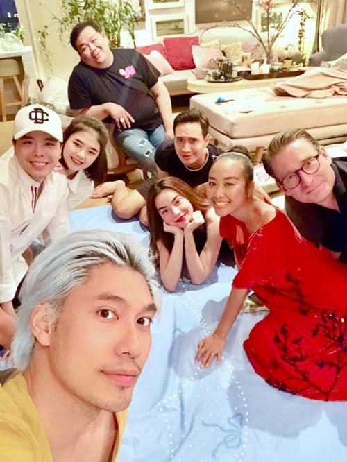 Hà Hồ - Kim Lý hội ngộ cùng vợ chồng Đoan Trang, Trịnh Thăng Bình và những người bạn tại nhà của NTK Lý Quí Khánh.