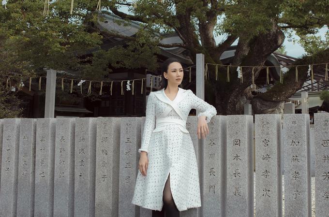 [Caption] Bộ 2: Tông màu trắng nề nã của bộ đầm nữ tính tôn vẻ duyên dáng của hoa hậu 3 con. Thiết kế có chất liệu vải tweed hợp xu hướng kết hợp đường cắt hiện đại và sự phá cách tại cổ áo, vòng eo góp phần làm mới mẻ hình ảnh cho người mặc.