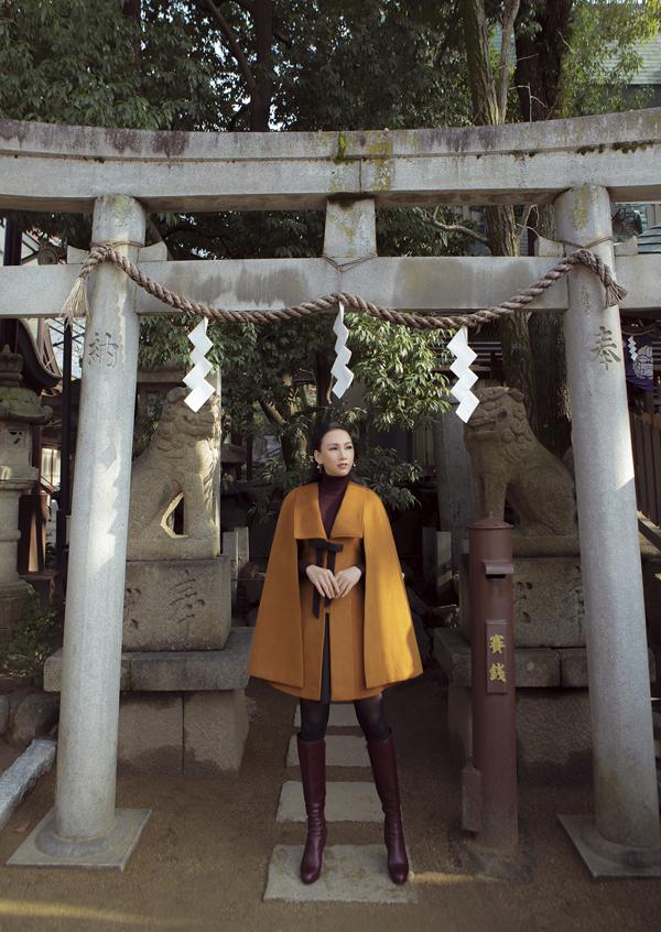 [Caption]Bộ 3: Bộ cánh thứ ba có tông nâu với phần phá cách tại tay áo, cổ áo, điểm nhấn nơ tông đen tinh tế, áo cổ lọ bên trong giúp Paris Vũ giữ ấm khi tản bộ trên những con phố tại Osaka, Nhật Bản.