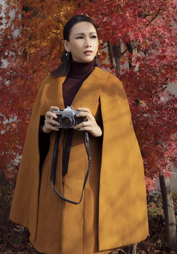 Cô không quên mang theo máy ảnh để ghi lại những khoảnh khắc đẹp bên lá vàng, lá đỏ ở xứ Phù Tang.