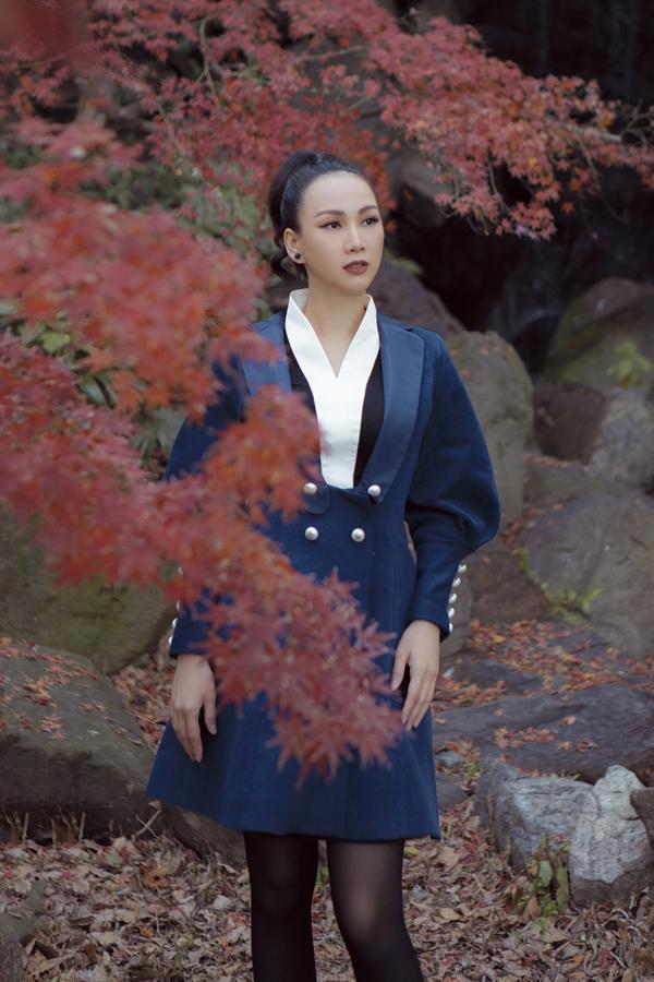[Caption] Bộ 5: Trang phục của nhà thiết kế Nguyễn Diệp Yến luon có sự phá cách khác lạ mang đậm nét cổ điển của phong cách hoàng gia. Bộ cánh lần này được lấp từ phom trang phục của giới vương giả phương Tây với phần tay áo cầu kỳ và hàng cúc tạo điểm nhấn tại eo.