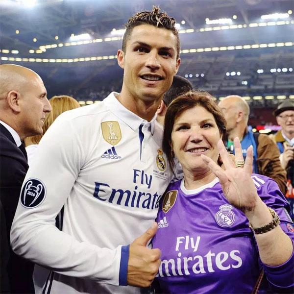 C. Ronaldo và mẹ, bà Dolores.
