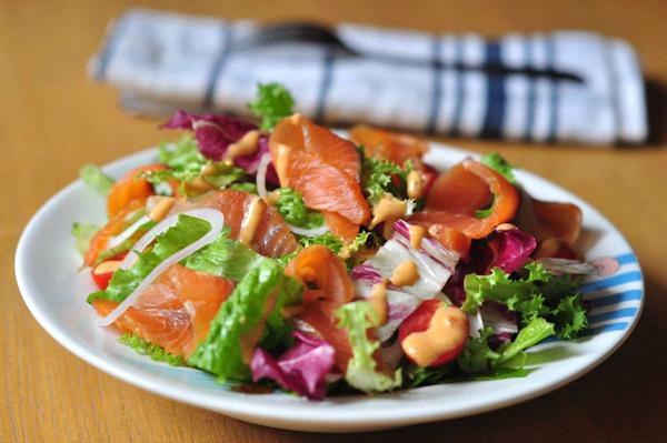 Đĩa salad vừa đẹp mắt vừa ngon miệng. Ảnh:Facebook Cá hồi xông khói.