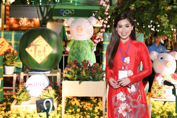 Em chồng Tăng Thanh Hà hào hứng tham quan đường hoa Nguyễn Huệ những ngày Tết.