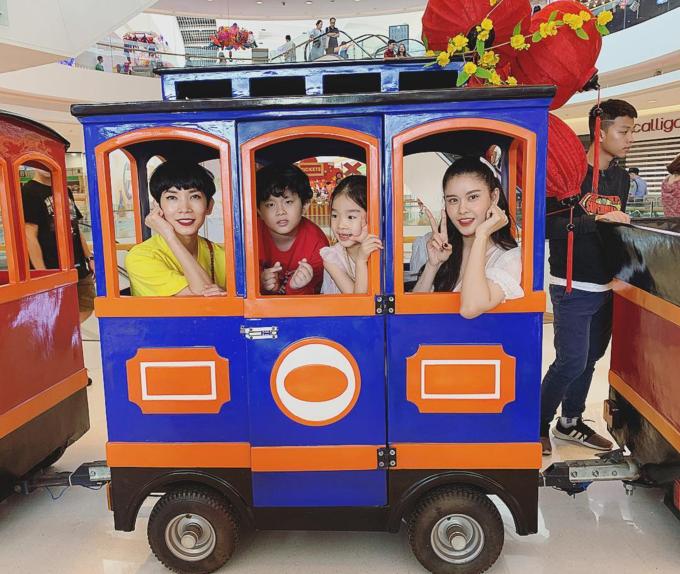 Siêu mẫu Xuân Lan và ca sĩ Trương Quỳnh Anh đưa con đi du xuân cùng nhau.