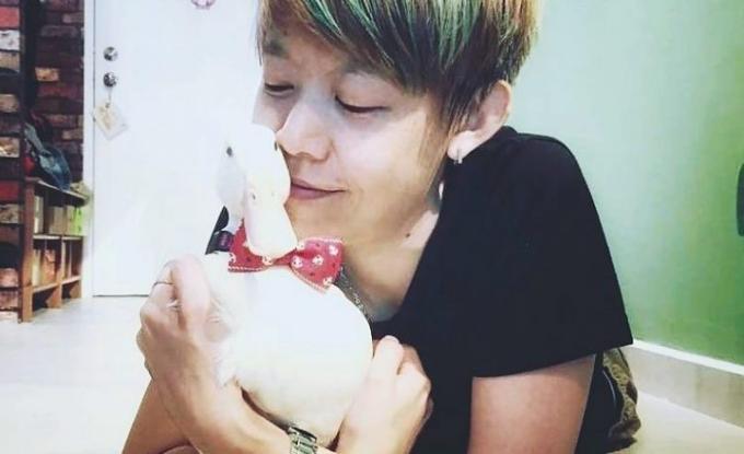 Cô gái Malaysia tự ấp trứng mua ở nhà hàngthànhvịt nuôitrong chung cư. Ảnh: Instagram.