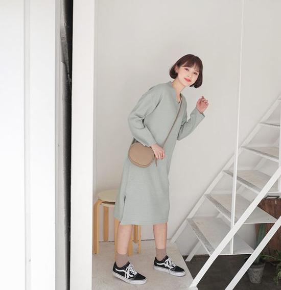Các mẫu váy suông đơn giản dễ mix đồ và vẫn giúp người mặc có được nét trẻ trung. Đơn cử như cách phối váy dệt kim cùng giầy cột dây và túi đeo chéo.
