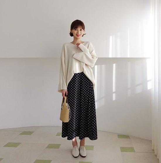 Váy chấm bi, áo màu trung tính mang lại hình ảnh trẻ trung và đậm chất retro cho bạn gái văn phòng.