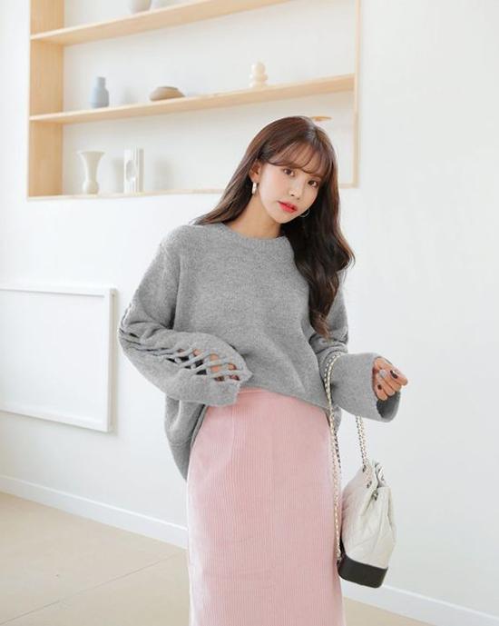 Tông xám hồng cho chân váy bút chì, áo dạ giúp bạn gái thể hiện sự sành điệu cùng xu hướng hợp mốt.