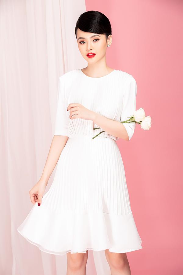 Thiết kế váy ngắn tay lỡ trên chất liệu lụa được kết hợp cùng vải dập ly để mang tới điểm nhấn nhẹ nhàng cho trang phục.
