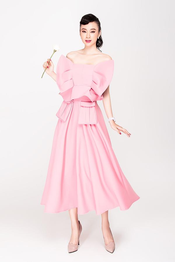 Sắc hồng dịu dàng và tôn nét nữ tínhd được chọn lựa để mang tới mẫu váy tạo khối ấn tượng. Trang phục dành cho các cô nàng có vóc dáng mảnh mai.