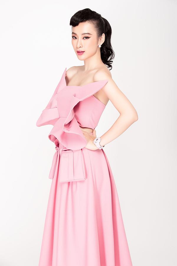 Đầm cúp ngực được tạo điểm nhấn bằng thiết kế nơ to bản, mẫu trang phục cho bạn gái muốn tạo sự ấn tượng cho người yêu trong buổi tiệc kỷ niệm ngày yêu nhau.